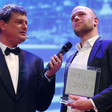 Klaas van Dijken (right) receives De Tegel 2015 in the News Reporting category from the host of the evening, Joost Vullings. (Picture: ANP)